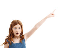 Förvånad liten flicka som uppåt pekar Fotografering för Bildbyråer