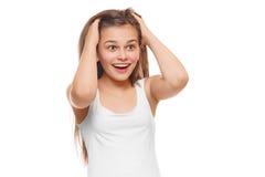 Förvånad lycklig tonåringflicka som ser för att sid i spänning Isolerat över vitbakgrund Royaltyfri Fotografi