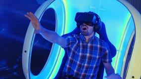 Förvånad man som erfar virtuell verklighetdragningen Royaltyfri Fotografi