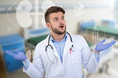 Förvånad manlig doktor som poserar i en vit likformig med medicinska illustrationer royaltyfria bilder