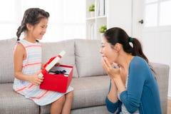 Förvånad moder som är lycklig till gåvan för dag för moder` s Royaltyfria Foton