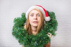 Förvånad och rolig julflicka med julgarnering Wi royaltyfri foto