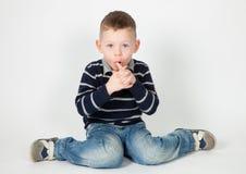 förvånad pojke royaltyfria bilder