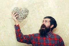 Förvånad skäggig man som ropar med vide- hjärta Arkivfoton
