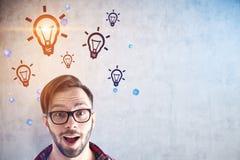 Förvånad startup grundare och hans ljusa idéer arkivfoton