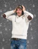 Förvånad stilig man i vinterhatt royaltyfri fotografi