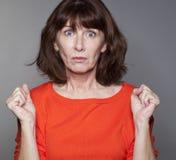 Förvånad 50-talkvinna som uttrycker missförstånd Arkivbild