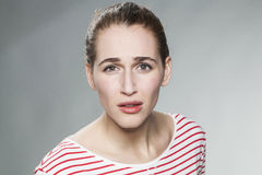 Förvånad 20-talkvinna som uttrycker sorg och frustration Royaltyfria Bilder