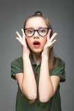 Förvånad ung flicka med exponeringsglas Arkivfoton