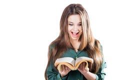 Förvånad ung flicka och att bläddra till och med sidorna av boken för att isolera Läser shock Royaltyfri Fotografi