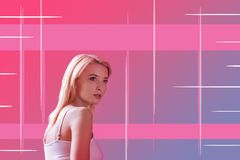 Förvånad ung flickakänsla, medan se en futuristisk design av henne framlänges royaltyfri fotografi