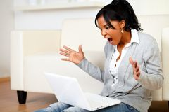 Förvånad ung kvinna som bläddrar internet Royaltyfri Fotografi