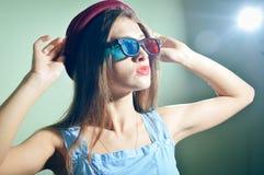 Förvånad ung nätt kvinna i exponeringsglas som 3d ser förbluffade Royaltyfria Bilder