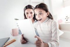 Förvånad unge som visar hennes sinnesrörelser Arkivfoto