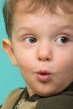 Förvånade pojkes blick som ser in mot Royaltyfri Bild