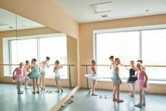 Förvånade unga ballerina i studio Royaltyfria Foton