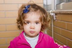 förvånadt barn för rädd framsidaflickastående Arkivbilder