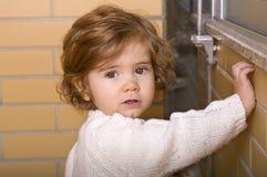 förvånadt barn för rädd framsidaflickastående Arkivfoton