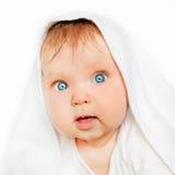 Förvånat behandla som ett barn efter bad på vit bakgrund Arkivbild