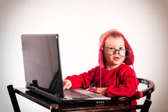 Förvånat behandla som ett barn med bärbara datorn Arkivfoto