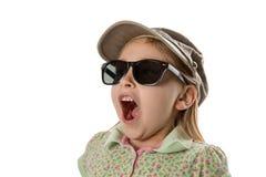 Förvånat - flicka i grön hatt och solglasögon Arkivfoton