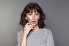 Förvånat härligt tänka för 50-talkvinna Royaltyfria Bilder