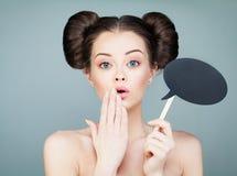 Förvånat modellGirl Holding Paper moln på pinnen Royaltyfria Bilder
