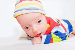 Förvånat nyfött behandla som ett barn arkivfoto