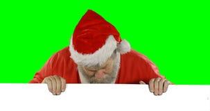 Förvånat Santa Claus nederlag bak den gröna skärmen lager videofilmer
