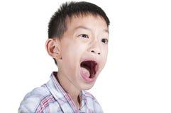 Förvånat uttryck för pojke fotografering för bildbyråer