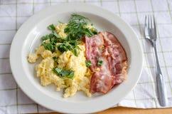 Förvanskad ägg och baconfrukost Arkivbild