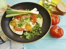 Förvanskade ägg, kök för kokkonst för äta för stekpannamorgon som läckert är traditionellt på en träbakgrund Arkivfoton