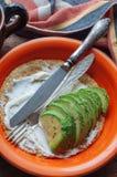 Förvanskade ägg med havremjölet, ost och avokadot Royaltyfri Foto