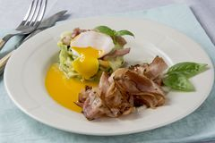 Förvanskade ägg med zucchinin, royaltyfri foto