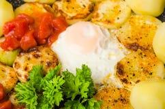 Förvanskade ägg med zucchinin och grönsaker, närbild Fotografering för Bildbyråer