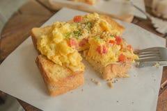 Förvanskade ägg på rostat bröd royaltyfri bild