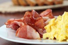 förvanskade baconägg royaltyfria bilder
