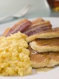 förvanskade crispy pannkakor för amerikansk bacon Arkivfoto