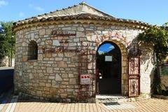 Förvara i källare på den Domaine de la Croix Blanche vinodlingen i Ardeche, Frankrike royaltyfri bild