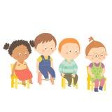 Förvirra förskole- barn som sitter på stolar Arkivfoton
