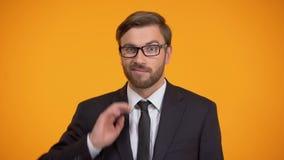 Förvirrad affärsman som skrapar huvudet och rycker på axlarna skuldror, brist av kunskap stock video
