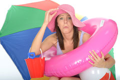 Förvirrad bekymrad olycklig ung kvinna på ferie som ser angelägen eller förskräckt Arkivbild