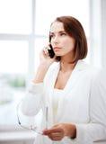 Förvirrad kvinna med smartphonen Royaltyfri Fotografi