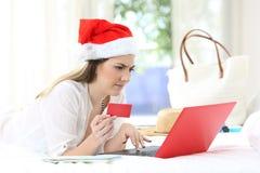 Förvirrad kvinna som direktanslutet betalar på julferier royaltyfria bilder