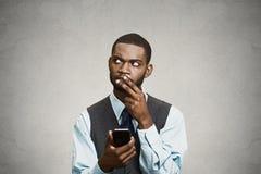 Förvirrad ledare som tänker hur man svarar till meddelandet på smart pho royaltyfri fotografi