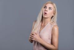 Förvirrad och förvånad härlig kvinnaöppningsmun Arkivbild