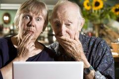 förvirrad pensionär för datorparbärbar dator Arkivfoto