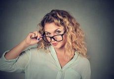 Förvirrad skeptisk kvinna som ser dig med ogillande Fotografering för Bildbyråer