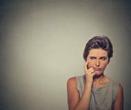 Förvirrad skeptisk kvinnaflickakvinnlig som tänker se sidovägen Arkivfoton