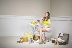 Förvirrad ung kvinna bland skor royaltyfria bilder